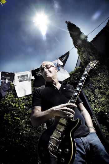 thuis bij Jan Akkerman en zijn favoriete Gibson gitaar
