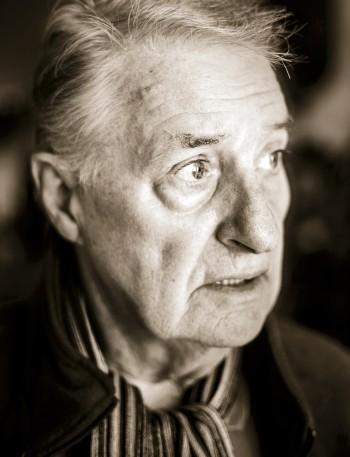 de 80 jarige drummer John Engels, thuis in Amsterdam