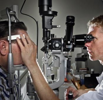 patient op controlebezoek bij oogarts UMCG