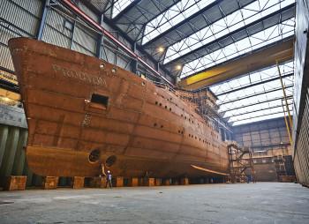 afbouw loodsboot in bij Barkmeijer Shipyards Harlingen